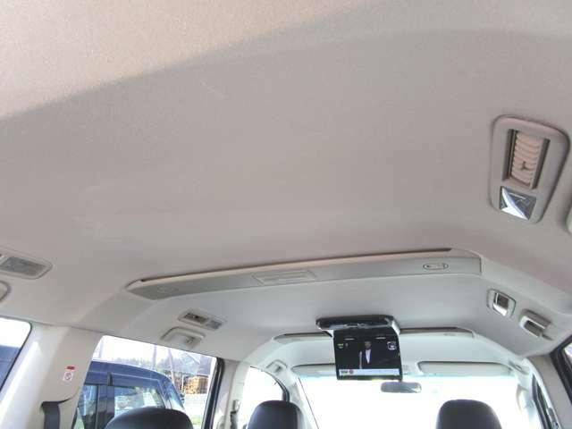 禁煙車でございますので天井にヤニ汚れなど無く綺麗です★後席エアコンの風量は天井で変えられます