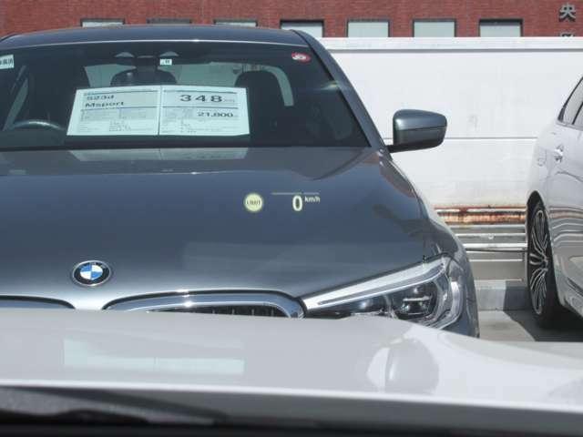 BMWヘッドアップディスプレイ。走行中の車速、ナビルートの矢印表示、警告などを表示し運転をサポート致します。