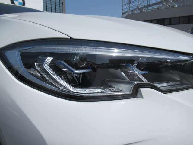 ヘッドライトは、BMWレーザーライトがが標準装備。従来のLEDの約2倍に相当する最長500M迄の距離を照射し、夜間の視認性を飛躍的に高め、安全性を向上させております。