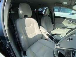 人間工学に基づいたシートは長時間着座していても疲れにくい特別なシートです。運転席助手席ともにパワーシートを採用しており、ドライバー様に合った姿勢で運転をお楽しみいただけます。