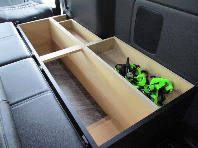 ボックス内は収納式となっております。固定ベルトや吸引器など、介護に必要な装備を入れておけます。