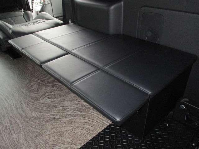 停車中はセカンドシートを利用して、疑似的なストレッチャー仕様になります。(走行不可)