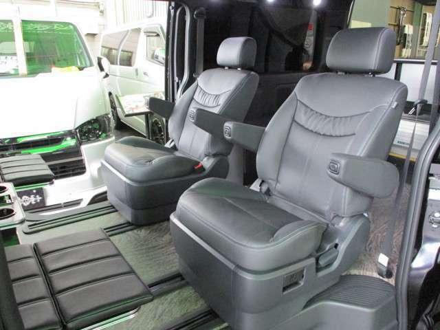 セカンドシートはステルス製キャプテンシートを採用!アームレストを装備し、よりパーソナルな空間を実現しつつ、快適性も兼ね備えたシートです。