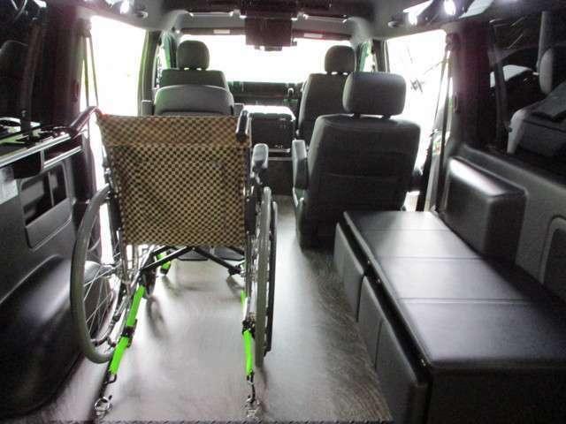 車椅子は付属しません。ヘッドレスト、シートベルト付きの車椅子をご用意下さい。(別途、巻取式2点式ベルトをフロアに加工する事も出来ます)