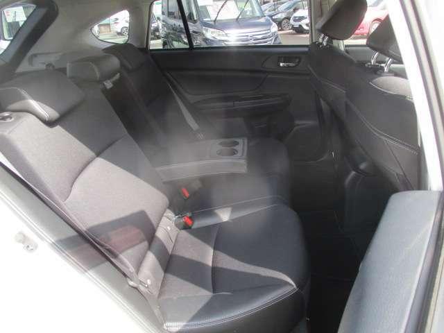 後部座席にもドリンクホルダー兼アームレスト