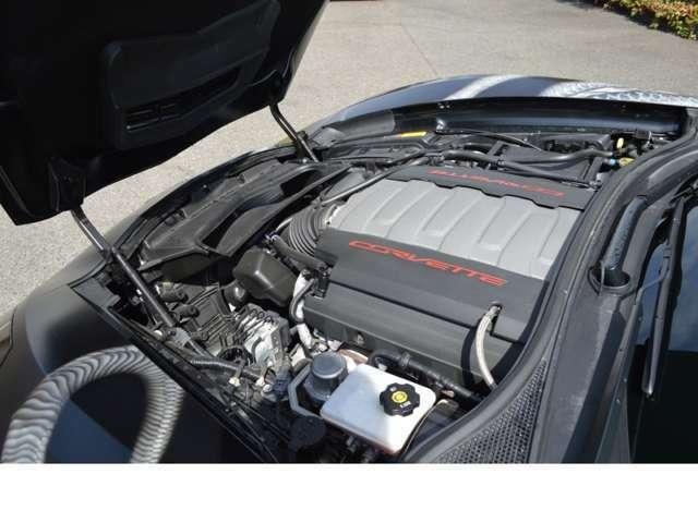 出力343kw(466PS)、トルク630N・m(64.2kg・m)、パワーと効率性を両立した6.2L V8エンジンを搭載したシボレーコルベットは、0-60mph(約96.5km/h)加速がわずか3.7秒を誇ります