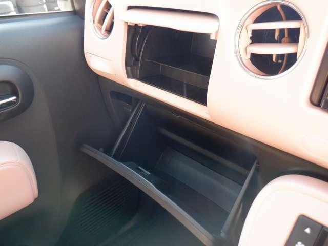 助手席側に設けられた隠れた収納も♪容量も十分で、必要なものや、車検証も収納しておける機能です☆DVDやあれば便利な小物類も収納可能☆収納してすっきり室内をさせるのにも大活躍です(*^^*)