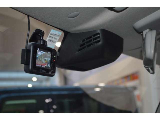フロントガラスに設置した2つのセンサーで前方の人もクルマも検知して、衝突回避をサポートする、デュアルセンサーブレーキサポートが搭載で、ドライブレコーダーも装備です