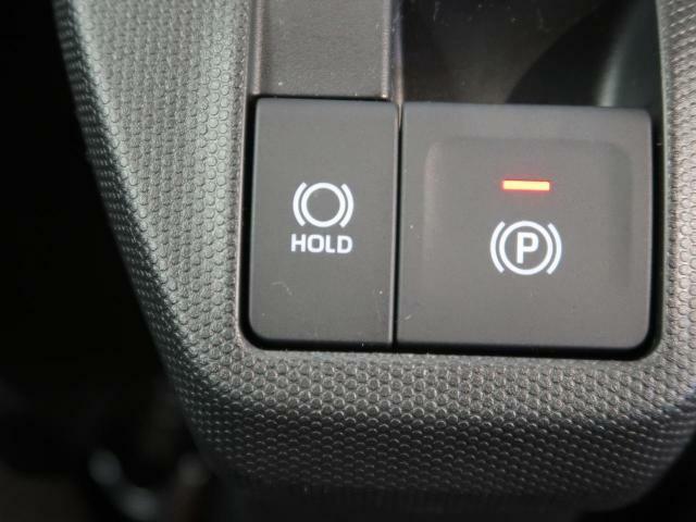 【電動パーキングブレーキ】スイッチ1つでスペースをとらないため、足元がゆったり運転することができます!