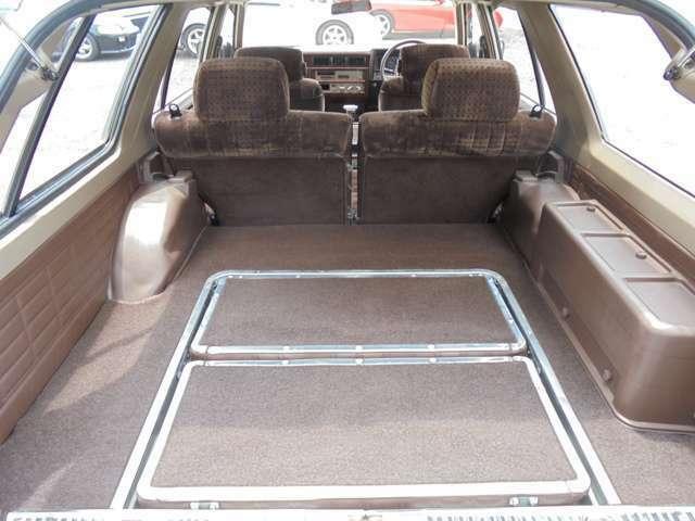 ラゲッジスペースも結構広く、後部座席を格納する事も出来るので、使い勝手も良いです!!