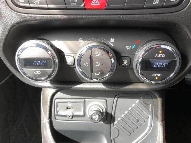 左右独立温度調節機能付きオートエアコン。