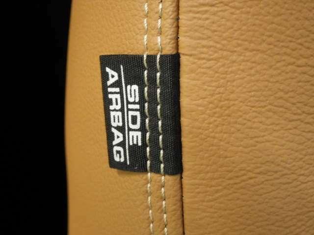 【サイドエアバッグ】側面からの衝突時、サイド・エアバッグが一瞬で展開し、胸部と臀部を保護します。サイド・エアバッグはフロントシートの外側側面に取付けられております。