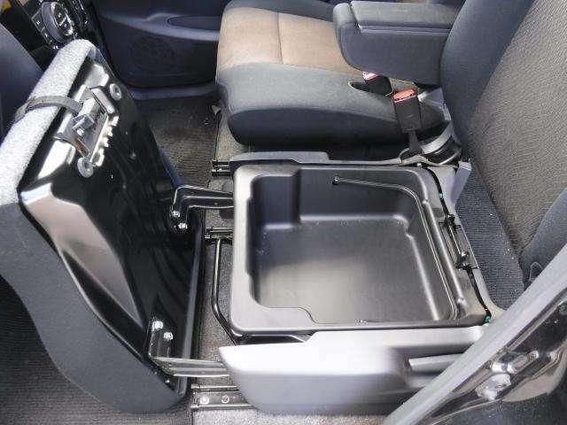 助手席シート下には収納スペースがございます