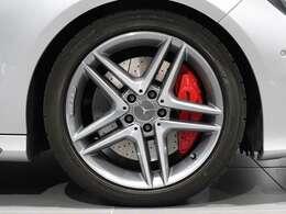 【AMGアルミホイール&AMGブレーキキャリパー】18インチ5ツインスポークアルミホイールを装着。AMGのレッドブレーキキャリパーはAMGの証。足回りの赤いアクセントはスポーティーさを際立たせます。
