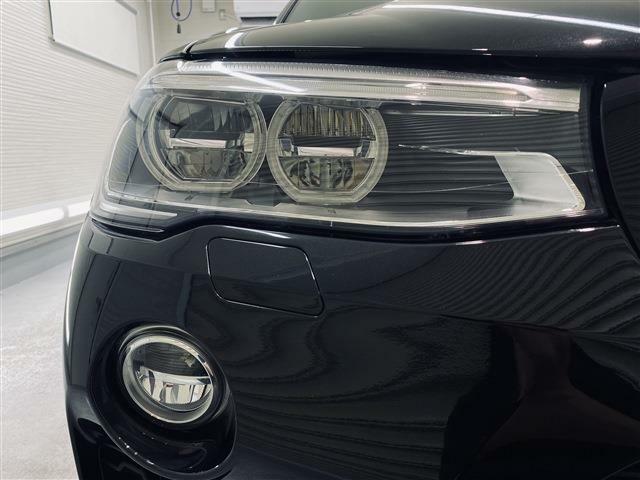 劣化でくもりがちなヘッドライトレンズも透明感のある綺麗な状態が保たれております。夜間のドライブも安心の高輝度アダプティブLEDヘッドライト&LEDフォグランプを採用しています。
