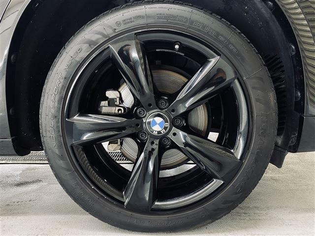 BLACKOUT専用19インチ・スタースポークスタイリング606アルミホイール(ブラック)。タイヤは新品タイヤへの交換も別途承ります。当店では輸入車・国産車問わず下取り・買取査定も承ります。
