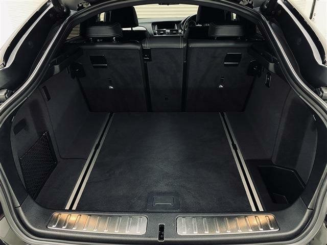 電動開閉式の大きな開口部を持つ荷室は、セカンドシートの展開次第で容量が500~1400リッター確保されます。ゴルフバックやレジャー用品も余裕で収納できるゆとりのあるスペースとなります。