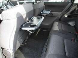 運転席と助手席の後ろには簡易テーブルとドリンクホルダーが付いてます!