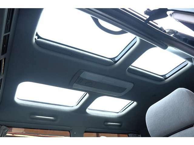 Aプラン画像:これこれ!パノラマビュートップです。今の車にはこんなコストのかかるものはなかなか付いていませんね。ガラス部分は開きません、内張を開け閉めして開放感を得るだけですが、それでも嬉しい装備です。