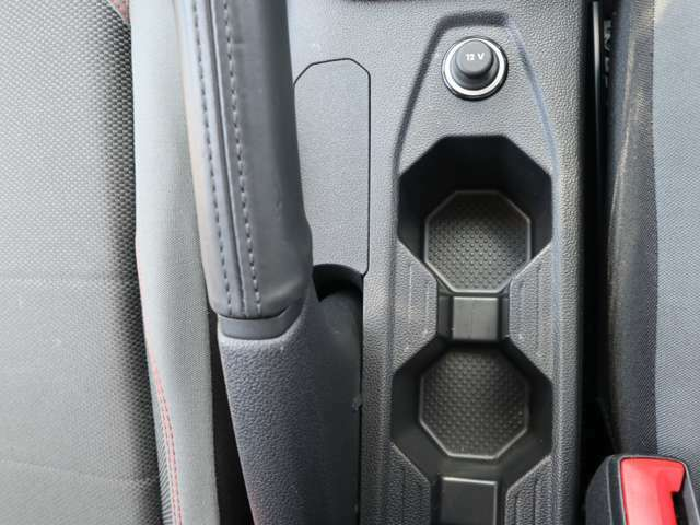 【スマートエントリー&スタートシステム】キーを操作することなくドアロックの作動・解除やエンジンの始動・停止が可能なシステム。ポケットや鞄の中のキーを感知しドアハンドルに手をかけるとドアのロックが解除