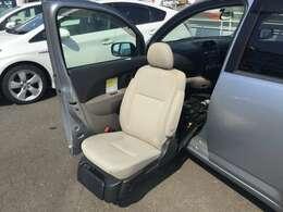 シート左下にあるスイッチボタン1つで、電動で動きます。ご自身で操作可能です。