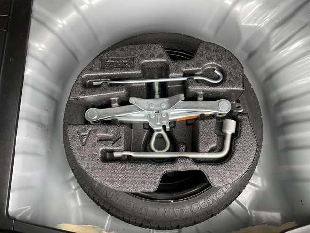 スペアタイヤ&工具装備。