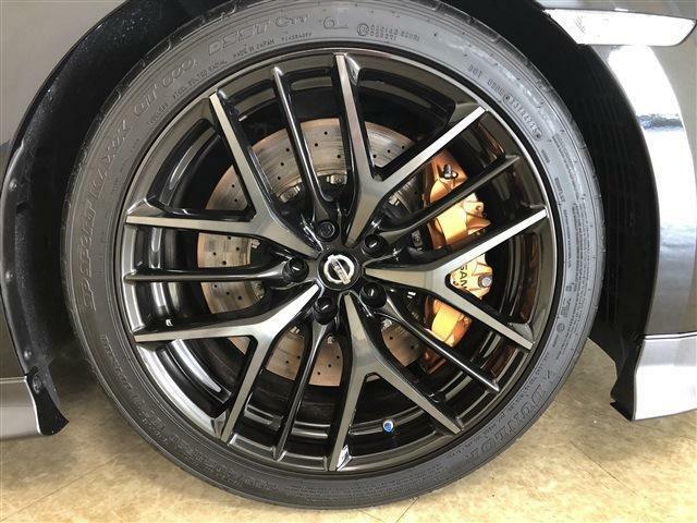 タイヤはダンロップSP SPORT MAXX GT600フロントには255/40ZRF20リアには285/35ZRF20