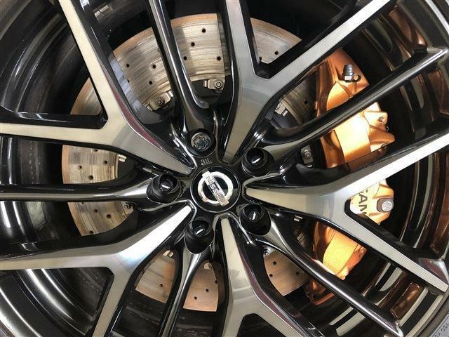 ブレーキローターの錆も少なく、足回りは大変綺麗な状態です。黒いボディに金色のブレーキキャリパーが美しくバランスの良い配色です。
