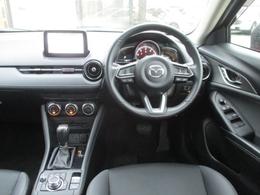 運転に欠かせない走行情報をドライバー正面に、快適利便情報をダッシュボード上部のセンターディスプレイにそして手元を見ず直感的に操作できる位置にコマンドコントロールを配置したヘッズアップコクピット
