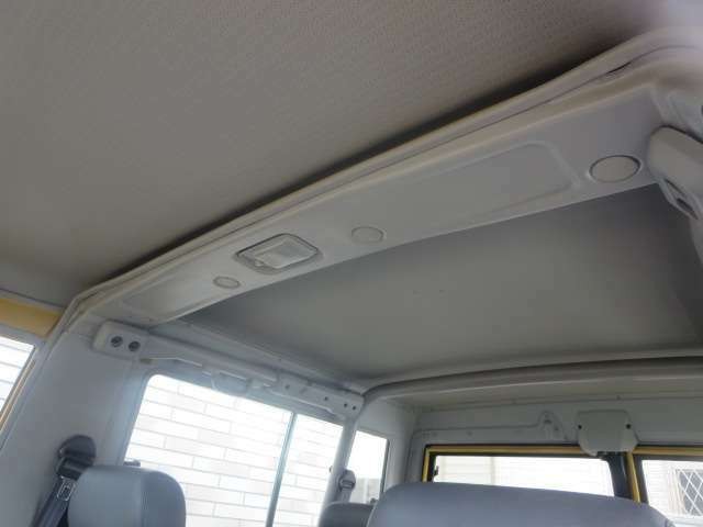 内装は専用の機器でクリーニングを施しています。快適なドライブをお楽しみ下さい。
