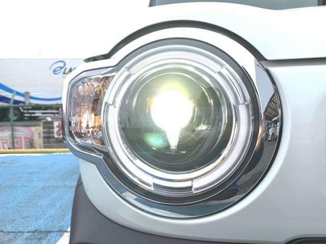 下のグレードですと付いていないX専用装備のご案内を致します!まずはLEDヘッドライトです!夜間も明るく照らしてくれるので運転しやすいですね!