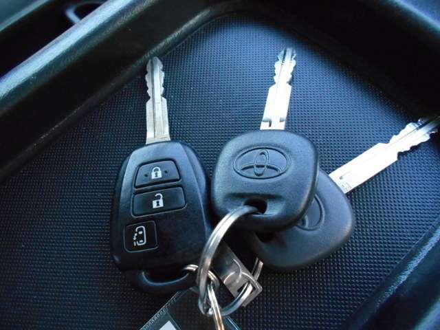 【キーレス】 ボタン一つでロックアンロックが可能なので、昔の車のようにわざわざ鍵を差し込み確認する必要もなく、お車を傷つける心配もなくなります♪
