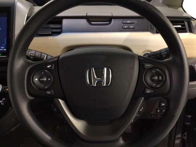 ★【左スイッチ】手元でオーディオの音量調節やチャンネル切り替え操作が可能です。  【右スイッチ】ホンダセンシングの機能[アダプティブクルーズコントロール〕〔車線維持支援システム〕の設定スイッチです。