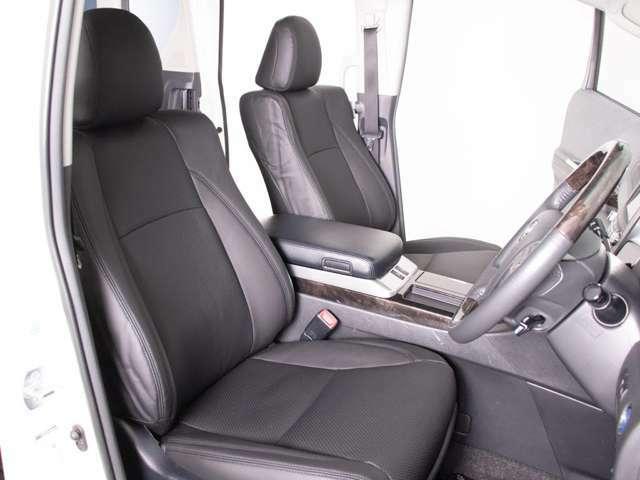 高級感をさらに高める黒革シート搭載!!今では三大人気装備の一つとなり車内状態もとても良好です。お好みのシートカラー(赤、白、青等々)への変更も可能となります。