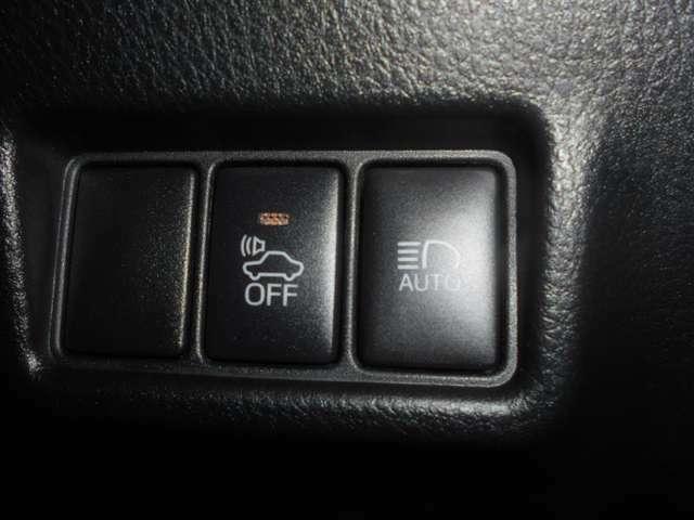 歩行者などに車両の接近を電子音で知らせる車両接近通報装置の停止ボタンと、夜間の歩行者などを早期に発見に貢献するオートマチックハイビームのボタンが付いています。