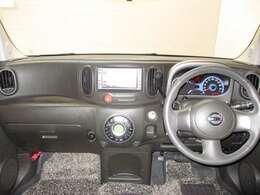 フロントシートのアームレストには小物入れがあります。