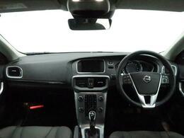V40 CCのディーゼル限定車が入庫致しました!クロスカントリーモデルには珍しい鮮やかな赤色をまとった一台!低走行で状態も良好!限定車で人とは違う一台をお求めの方にオススメです!