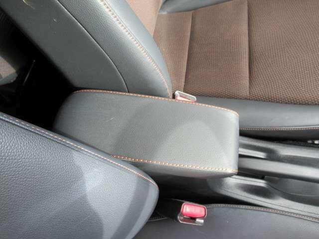 運転席と助手席の間には小物入れ付きアームレストが装備されています!