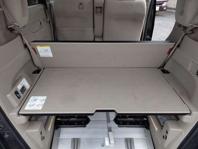 室内ボードがついていますので車いすの方が乗車しない場合は写真のようにボードにて荷室をアレンジできます