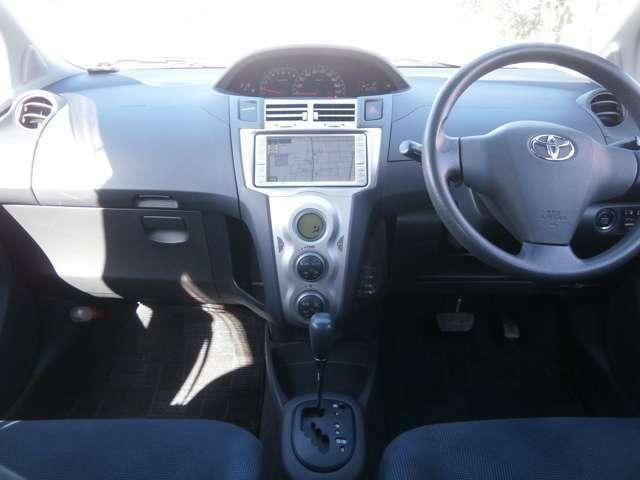 ハンドルもスレなどなくきれいな状態です♪オートエアコンですので車内の温度を一定に保て快適です♪