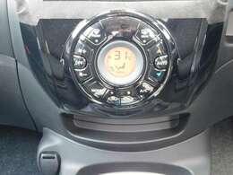 車内の温度調節が簡単にできるオートエアコンです。