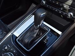 停車中ブレーキを自動的に制御し、ペダルから足を放しても停車状態を保持します。アクセルペダルを踏み込む発進操作を行うと、ブレーキが解除され、信号待ちでの運転者の負担を軽減します。