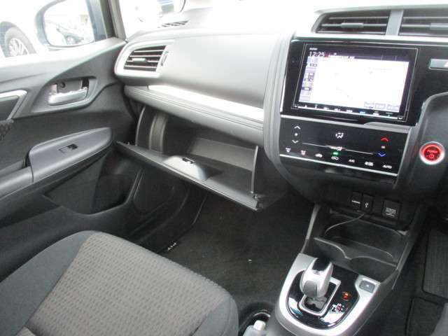 ナビ周りのエアコンスイッチや操作が楽々シフトレバー!!車検証入れや小物入れが充実しています!