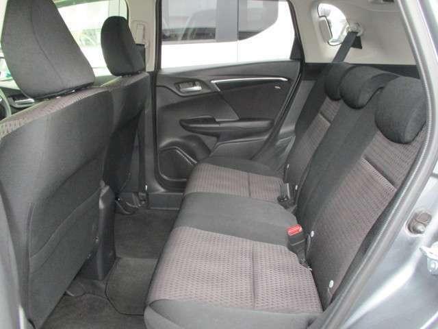 広い後席!膝まわりや足元、頭上までゆとりたっぷり!長距離ドライブも疲れさせません!!