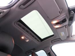 ◆ガラススライディングルーフ『ガラス面からは解放感に溢れ、車内を更に広々とした空間に演出します。チルト・スライドオープン機能を備え、便利にお使いいただけます。』