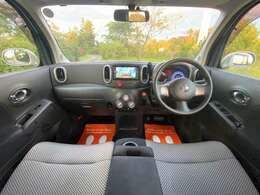 四角いボディから生まれる広い車内空間です♪ベンチシートでゆったりと乗車できます♪真ん中にあるひじ掛けで座席を左右に分けることも可能です!