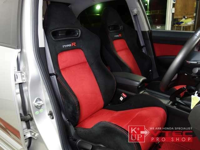 体を面で支えるタイプRスポーツシート。設計製造ともホンダ製でアルカンターラ等を贅沢に使用した上質なシートになっています。少々のシワ程度の良コンディションを保っております。