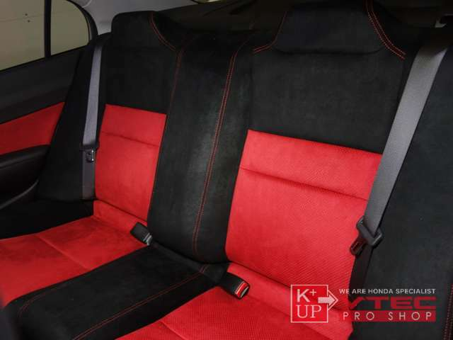 赤×黒のツートンカラーで前席同様に仕上げられたリアシート!リアシートもサイド、センター部のクッションを張り出し、バケットタイプとなっています!タイプRならではの専用設計です!トランクネットは純正OP品。
