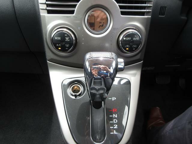 本革シフトレバーを採用☆温度設定をすれば、自動で車内の温度管理をしてくれる快適装備のオートエアコンです☆