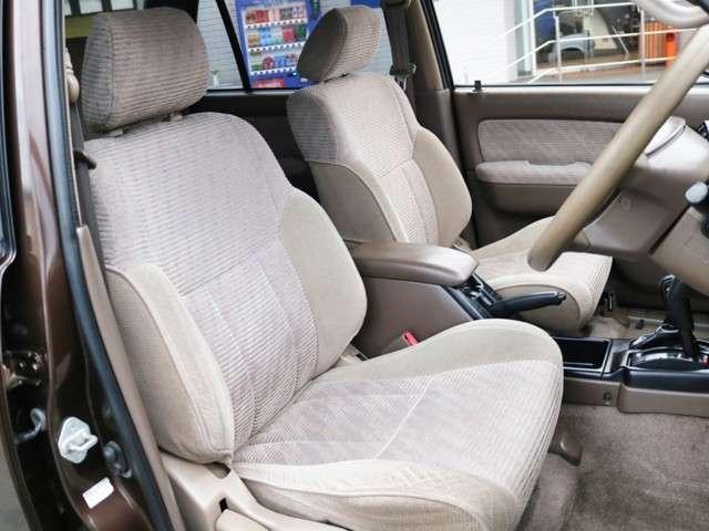 運転席も目立つヘタリ無くキレイに保たれております